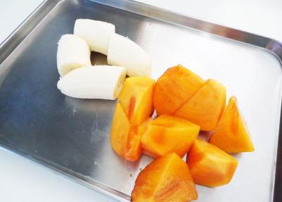 バナナと柿を切り分けます